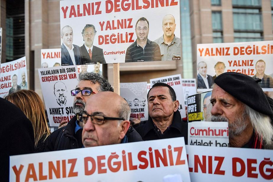 Des gens tiennent des affiches avec des images... (Bulent Kilic, AFP)