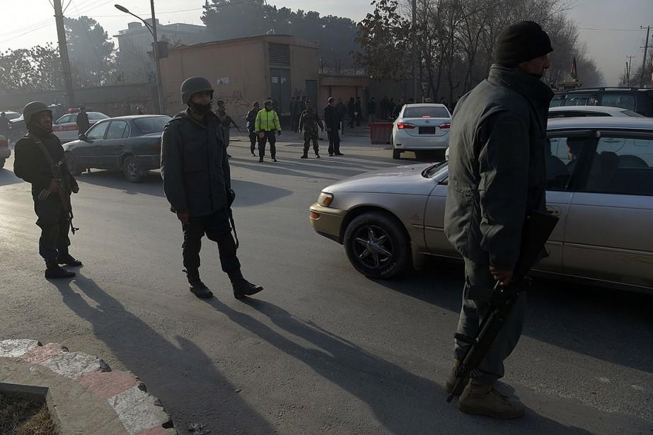 Du personnel de sécurité patrouille près d'où a... (Shah MARAI, AFP)