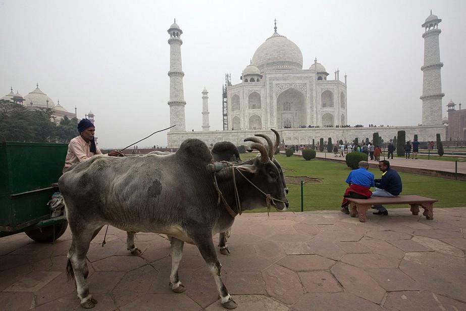 Un homme passe devant le Taj Mahal, à... (Manish Swarup, archives AP)