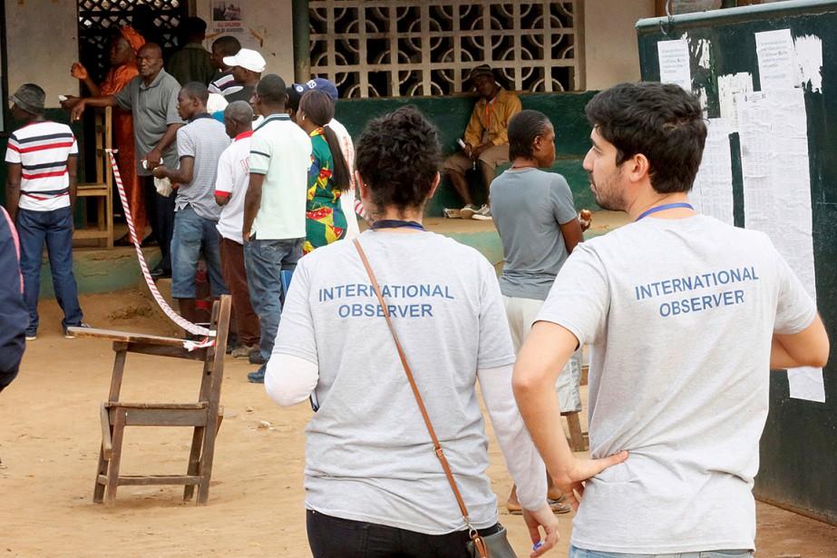 Deux observateurs surveillent le déroulement du vote à... (Thierry Gouegnon, REUTERS)