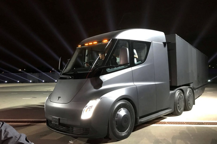 Le semi-remorque Tesla combine la conduite semi-autonome au... (PHOTO ARCHIVES REUTERS)