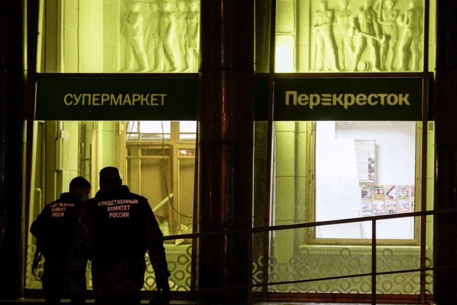 Des enquêteurs passent au peigne fin les lieux... (PHOTO Olga MALTSEVA, AFP)