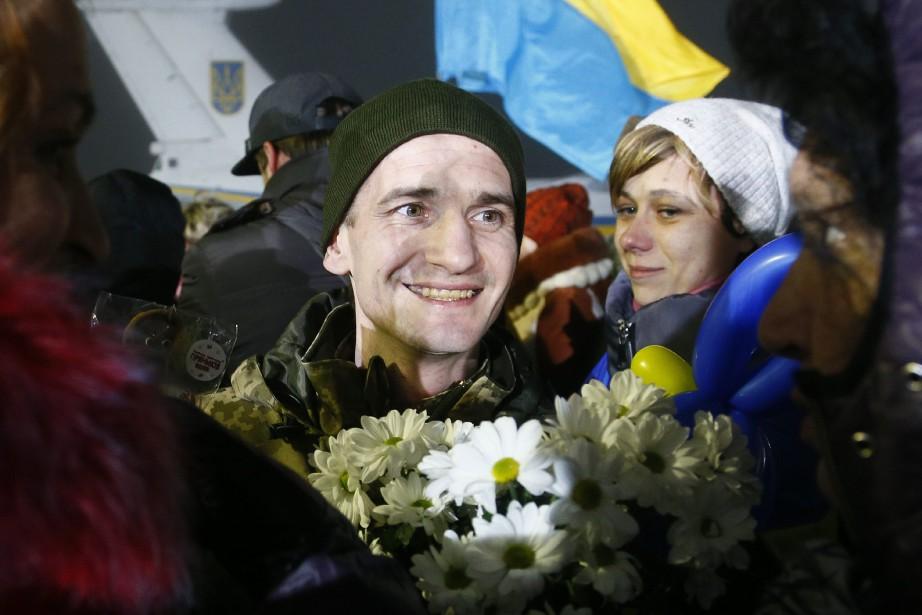 Un prisonnier libéré par les séparatistes est accueilli... (PHOTO AP)