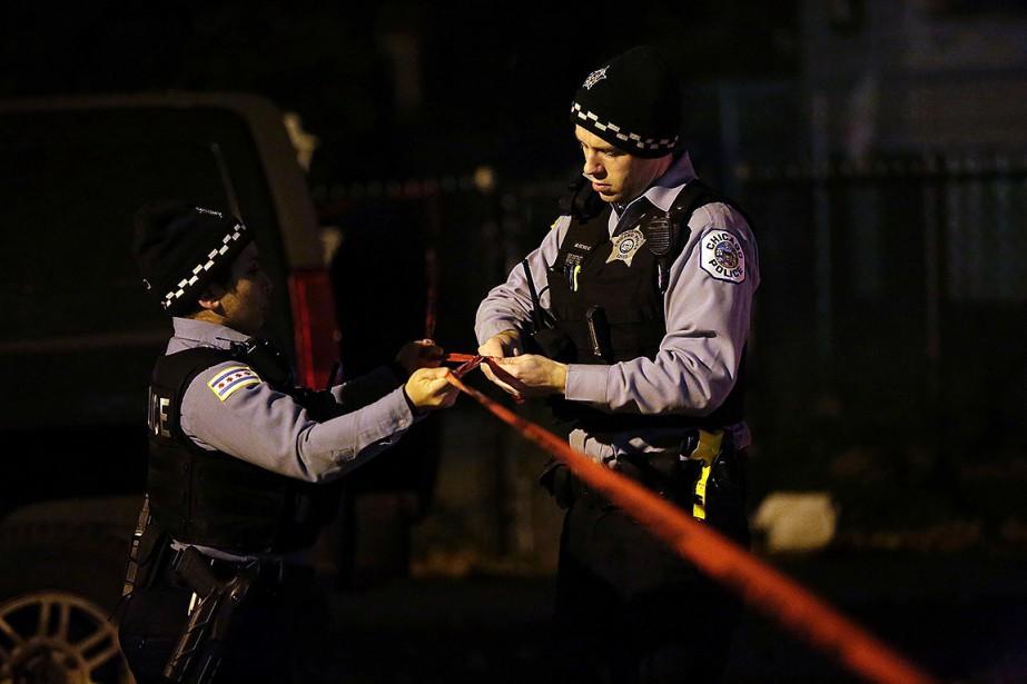 Sur cette photo, des policiers de Chicago isolent... (Joshua Lott, archives AFP)