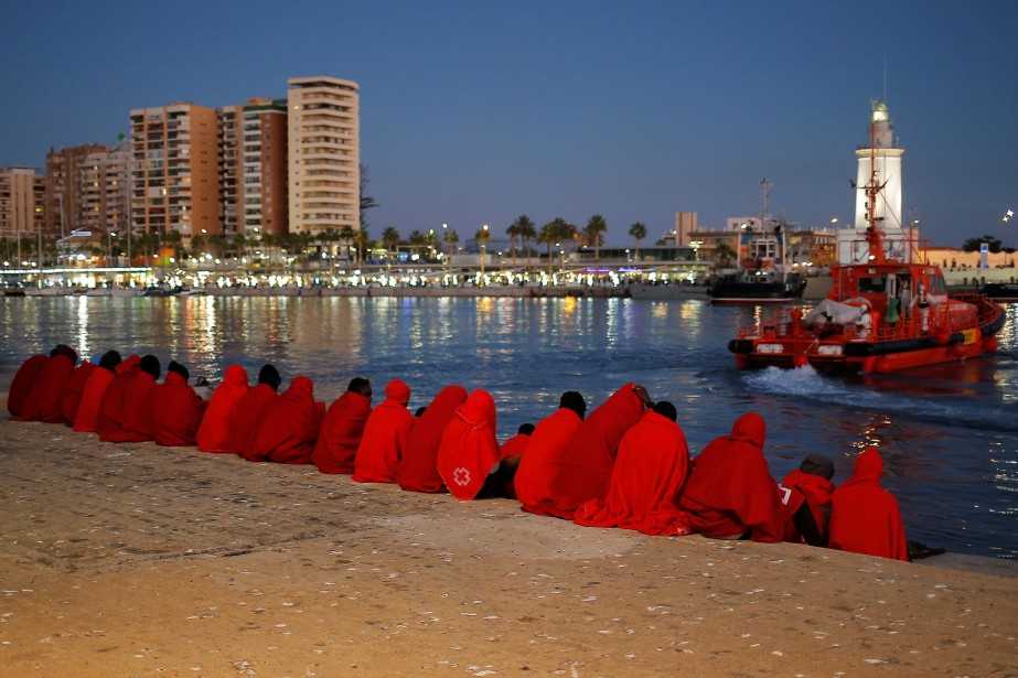 Des migrants secouris en mer Méditerranée se reposent à... (PHOTO Jon Nazca, REUTERS)