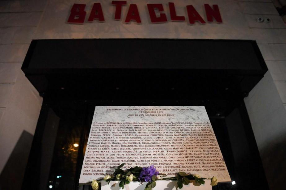 Une plaque commémorative à l'extérieur du Bataclan, en... (CHRISTOPHE ARCHAMBAULT, ARCHIVES AFP)