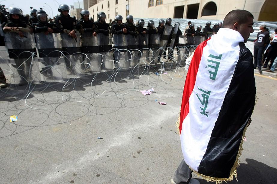 Sur cette photo de 2011, un homme portant... (AHMAD AL-RUBAYE, AFP)