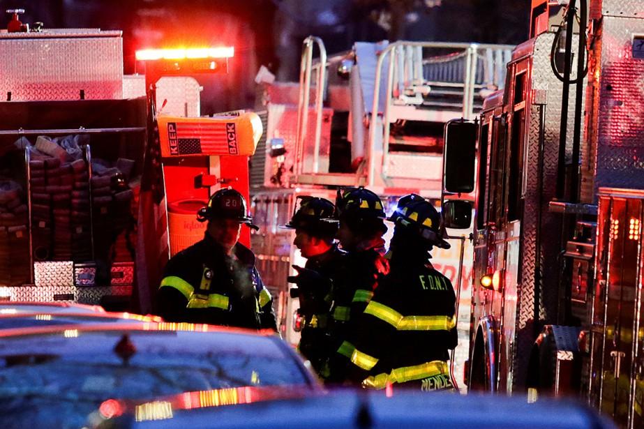 Environ 170 pompiers ont travaillé dans un froid... (Eduardo Munoz, REUTERS)