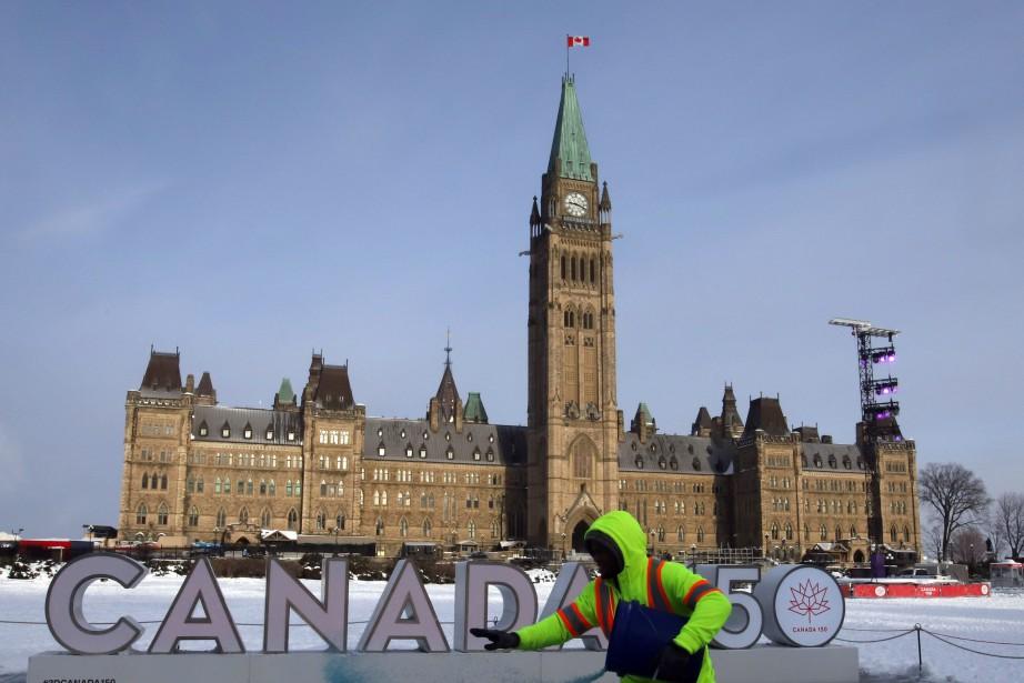 Un travailleur épand de l'abrasif pour faire fondre... (PHOTO Fred Chartrand, LA PRESSE CANADIENNE)