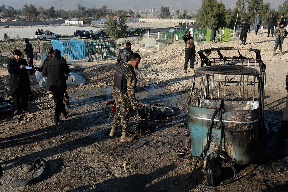 Sur la scène de l'attentat, des mares de... (NOORULLAH SHIRZADA, AFP)