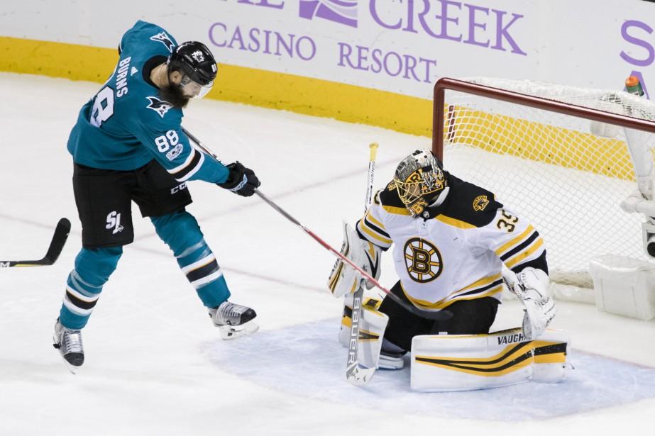 La rondelle rentre moins souvent cette saison : Brent Burns a vu Anton Khudobin bloquer son tir en 3e période du match entre les Bruins et les Sharks à San Jose le 17 octobre 2017. Burns a 6 buts cette saison; il a avait totalisé 29 la saison dernière. | 2 janvier 2018