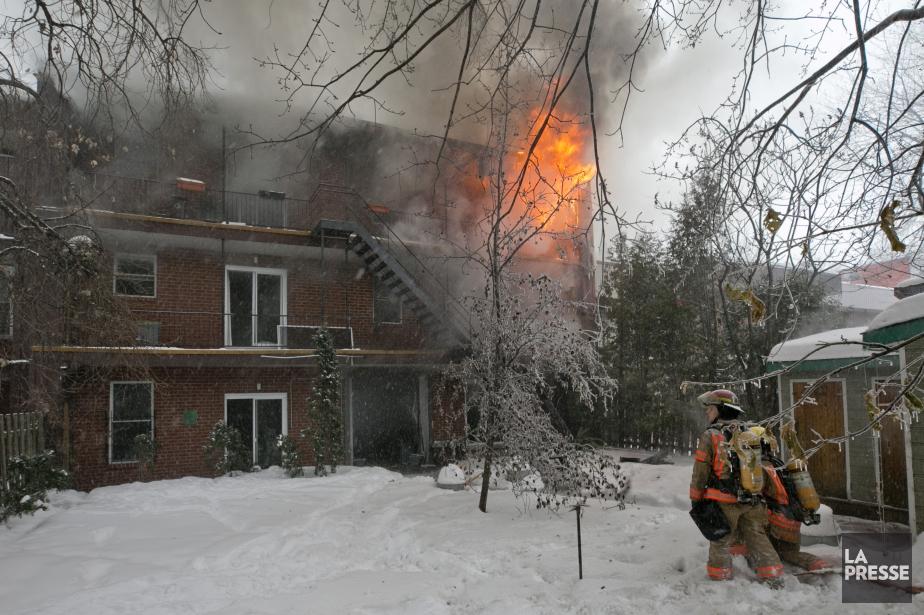 L'incendie s'est déclaré en début d'après-midi dans un... (Photo David Boily, La Presse)