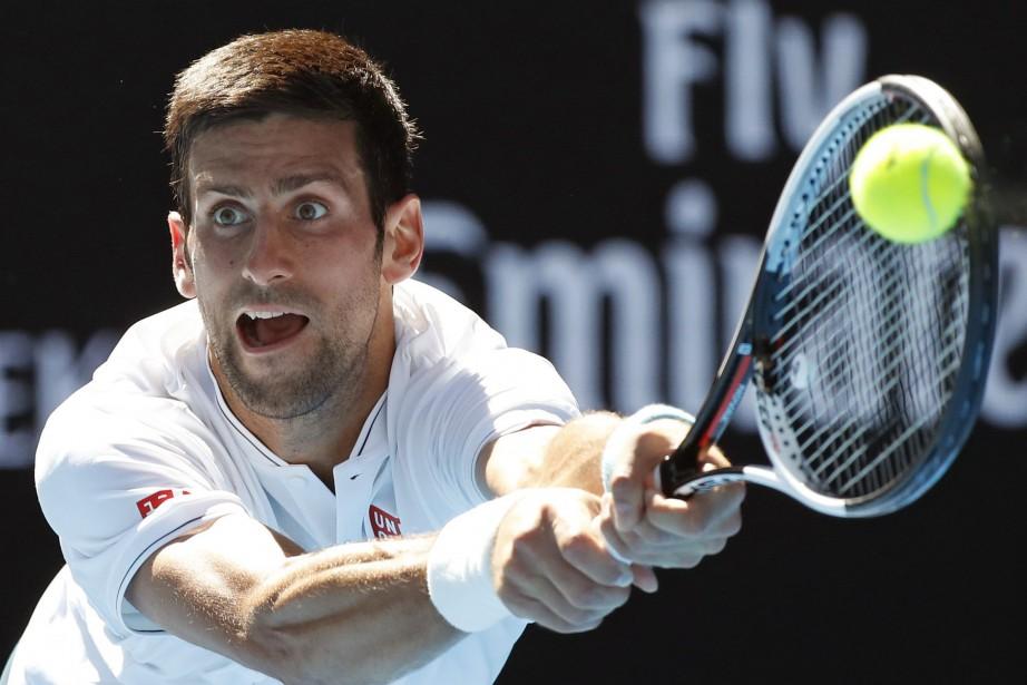 Novak Djokovicest ennuyé par des douleurs au coude... (Photo Kin Cheung, archives AP)