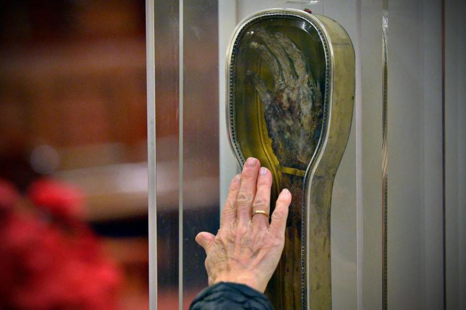 La relique de Saint-François-Xavier exposée à la basilique... (PHOTO PASCAL RATTHÉ, LE SOLEIL)