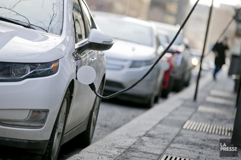 Des bornes de recharge pour véhicules électriques sont... (PHOTO DAVID BOILY, LA PRESSE)