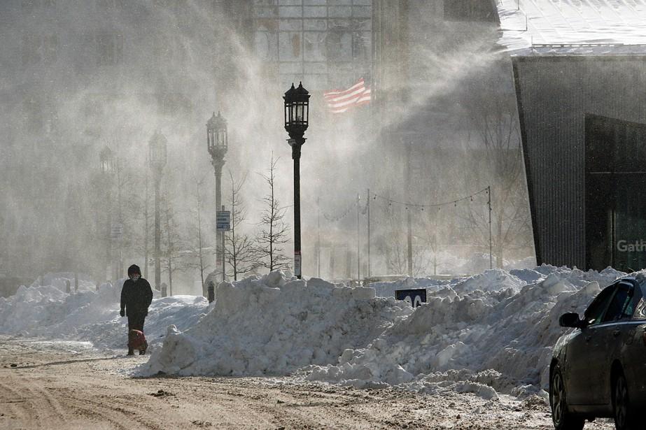 Malgré le froid, un chien et son maître... (Photo Bill Sikes, Associated Press)