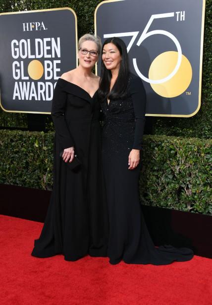 Meryl Streep s'est présentée avec la directrice de l'Alliance nationale des travailleur-se-s domestiques aux États-Unis, Ai-Jen Poo. | 7 janvier 2018