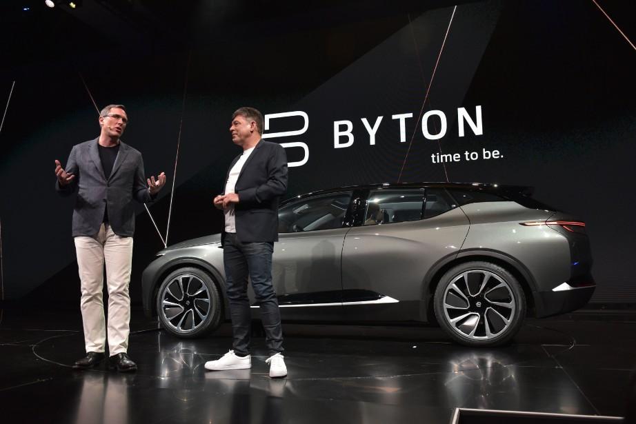 Le président du conseil d'administration de Byton, Daniel Kirchert (à g.) et le PDG Carsten Breitfeld, lors du dévoilement de la Byton au CES de Las Vegas. Breitfeld est un ancien dirigeant de BMW. (AFP)