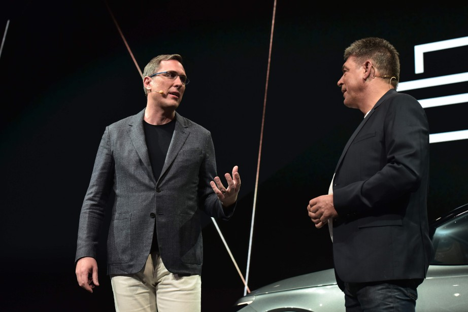 Le président du conseil d'administration de Byton, Daniel Kirchert (à g.) et le PDG Carsten Breitfeld, lors du dévoilement de la Byton au CES de Las Vegas. (AFP)
