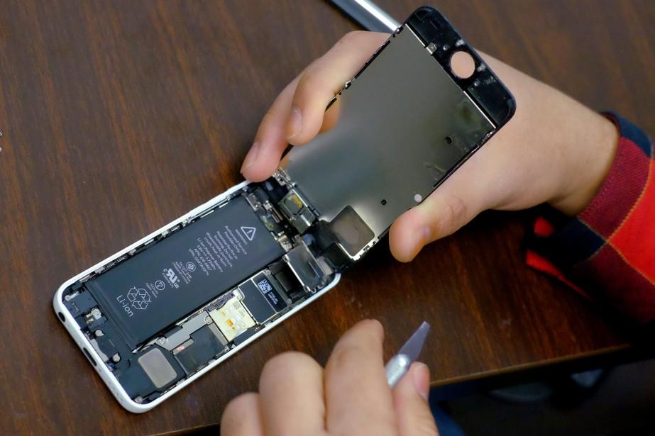 L'employé qui a tenté de retirer la batterie... (REUTERS)