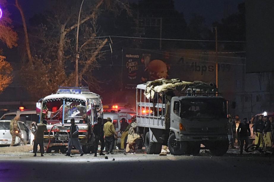 «Au moins cinq policiers et un piéton ont... (AFP)