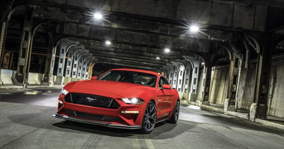 L'effet d'un plein de super sur uneFord Mustang : On imagine que les voitures sportives sont celles qui bénéficieraient le plus d'une essence à indice d'octane plus élevé. Dans le cas de la Mustang de Ford, un plein de super améliore la consommation de 2,3%, ainsi que la puissance du moteur de 3,2%, le plus grand écart positif observé par l'AAA.   | 9 janvier 2018