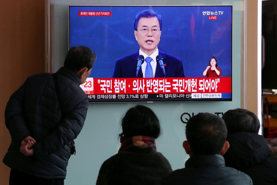 Des gens à Séoul regardent une allocution livrée... (REUTERS)