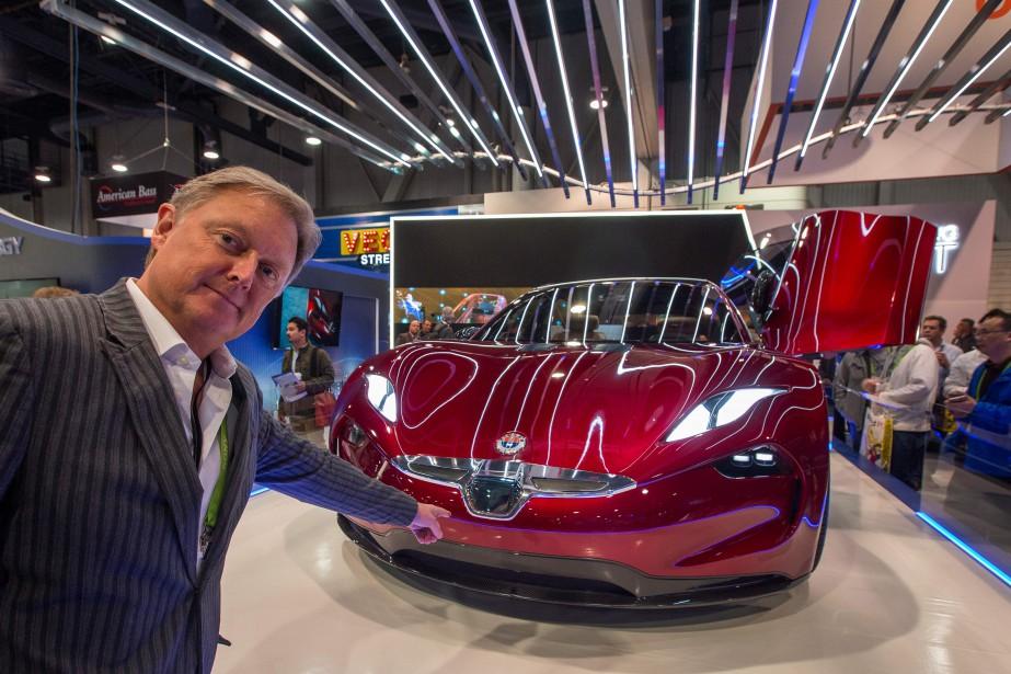 Henrik Fisker, fondateur et PDG de Fisker Inc., montre la voiture tout électrique Fisker EMotion au Consumer Electronics Show de Las Vegas. (Photo AFP)