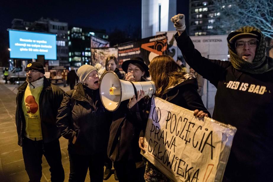 Plus de cent personnes, adversaires du durcissement de... (PHOTO AFP)
