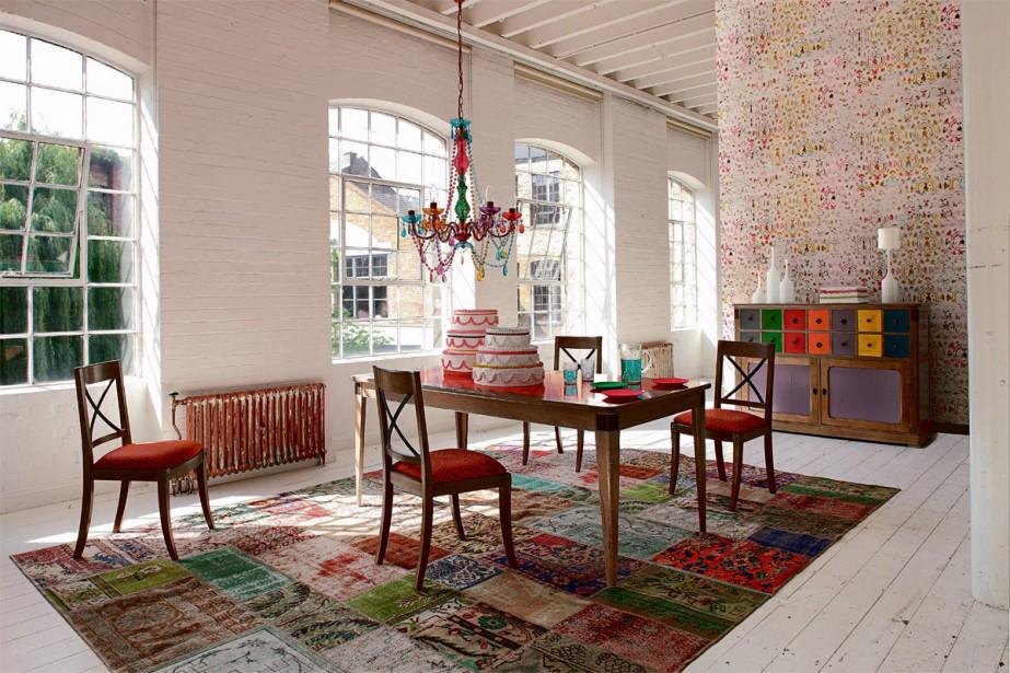 Rouge «caliente»:Les chaises Architecte, de la collection Nouveaux Classiques chez Roche Bobois, donnent le ton. Leur structure est en hêtre massif, assemblé par tenons et mortaises, tandis que leur dossier croisillon est en fer vieilli.  | 11 janvier 2018