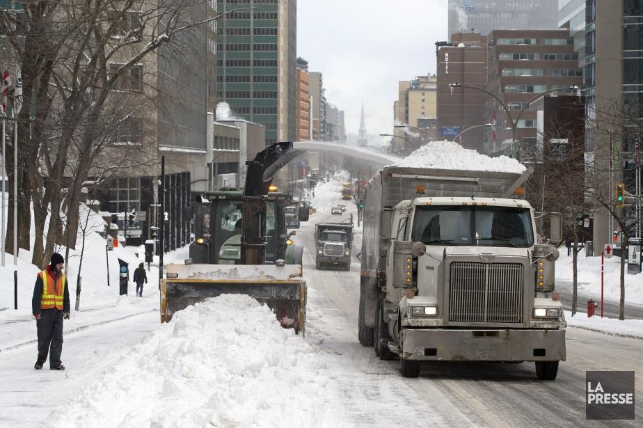 Le chargement de la neige a commencé sur... (Photo Robert Skinner, La Presse)