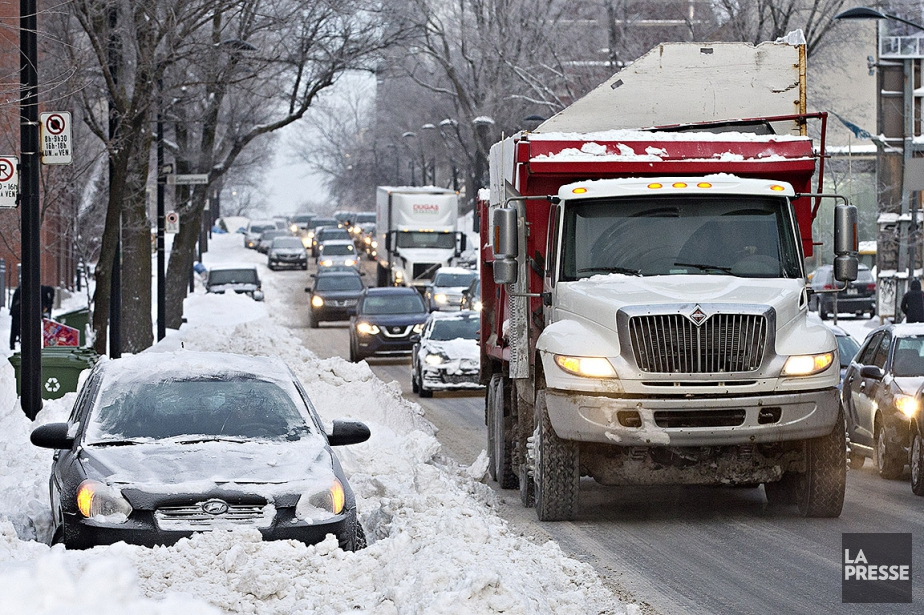 La neige et l'opération de déneigement compliquent l'heure... (Patrick Sanfaçon, La Presse)