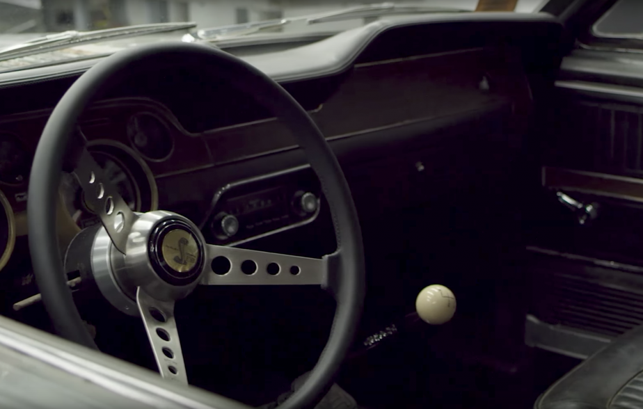 Le pommeau rond et blanc de la Mustang 1968 originale (ci-haut) a été reproduit dans la Bullitt 2019. (Saisie d'écran YOUTUBE d'une vidéo Ford)