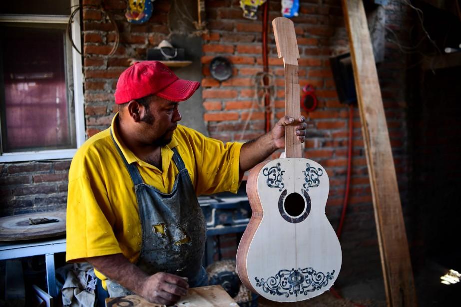 Le luthier mexicain Salvador Meza tient une réplique... (Photo AFP)