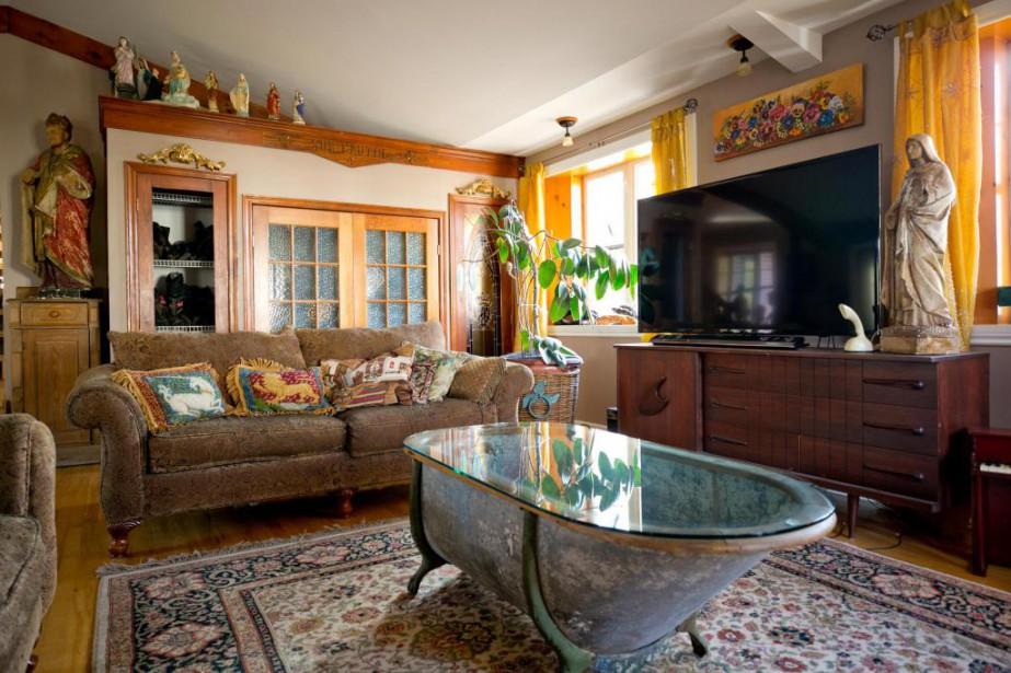 Au milieu du salon trône une table peu banale réalisée à partir d'une baignoire ancienne en zinc datant de la fin des années 1800. Ce style de baignoire (aussi appelée baignoire de cow-boy), que l'on retrouvait généralement dans les hôtels, est un modèle de luxe, puisque le tour est en bois.   16 janvier 2018
