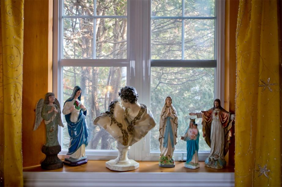 Coïncidence ou signe précurseur, la propriétaire a commencé à collectionner les statues religieuses en plâtre bien avant d'acheter l'église. Marie-Line Briens et son conjoint ne se décrivent pas comme des gens religieux: ils sont simplement amoureux des objets riches en histoire. | 16 janvier 2018