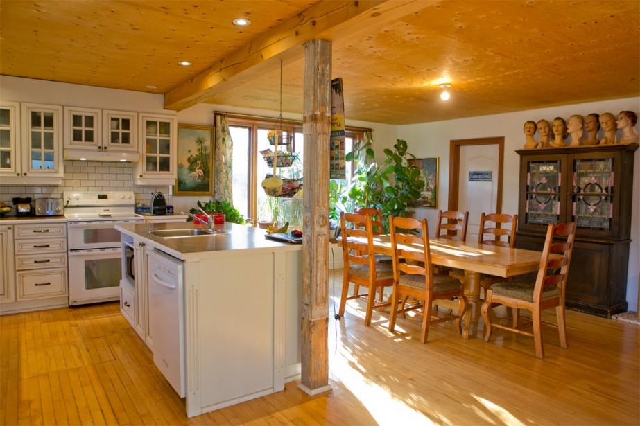 La cuisine a été construite dans l'espace jadis occupé par le presbytère. On dit souvent qu'on n'arrête jamais les travaux dans une maison ancienne: le couple attend toujours de tomber sur un lot de tuiles en métal embossé pour finir le plafond. | 16 janvier 2018