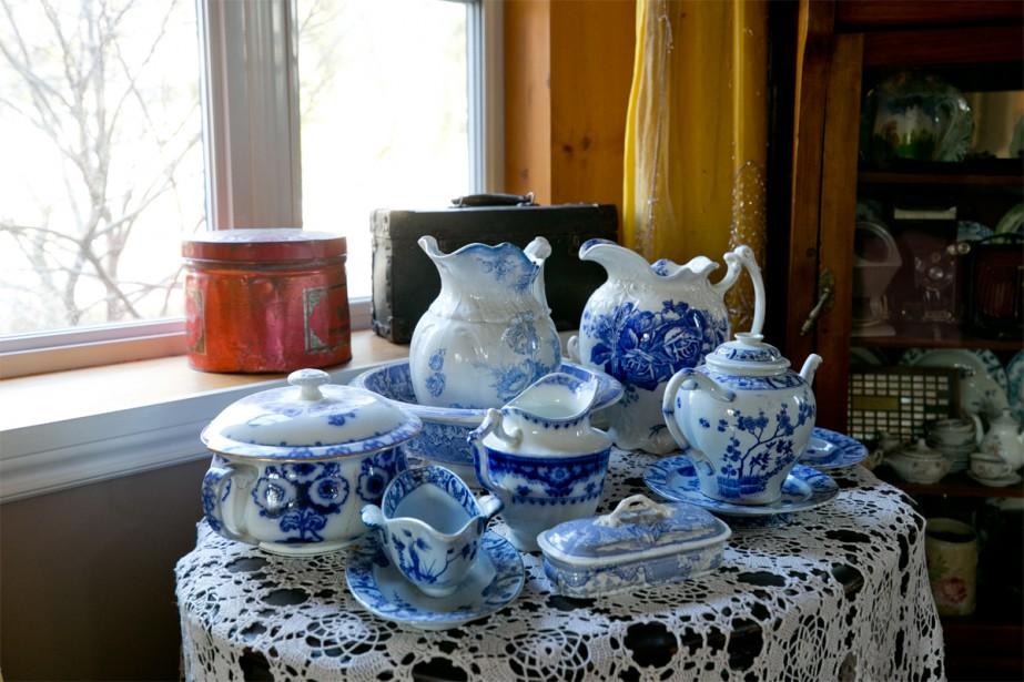 Ce n'est que récemment, en voyant une photo de la salle à manger du peintre impressionniste Claude Monet, que Mme Briens a découvert que le motif de son ensemble de vaisselle ancienne (ayant appartenu à sa grand-tante) est en fait un motif créé par le peintre lui-même.   16 janvier 2018