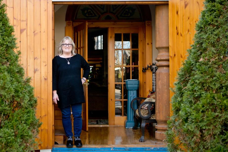 La propriétaire, Marie-Line Briens, à la porte de son «église». Elle et son conjoint ont passé huit ans dans les rénovations avant de pouvoir jouir pleinement de cette maison qui compte désormais trois chambres à coucher, un bureau et deux salles de bains (en plus de l'immense salon et d'un espace cuisine et salle à manger). | 16 janvier 2018