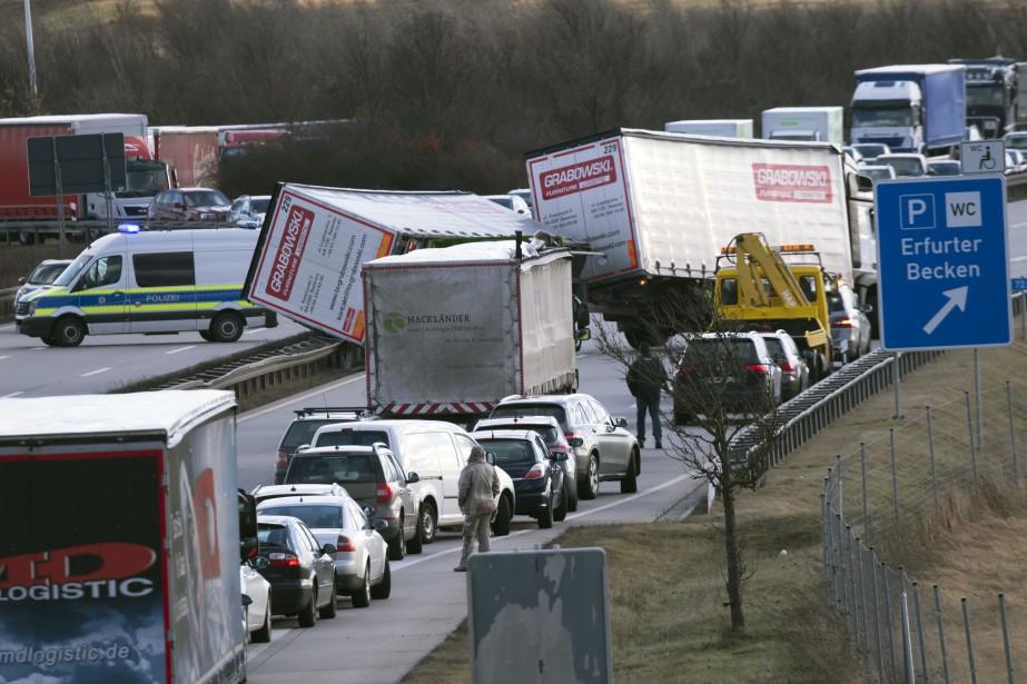 Deux camions ont été renversés par les vents... (PHOTO Jens Meyer, AP)