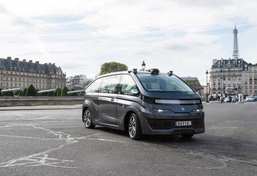 <strong>Navya Autonom Cab -</strong> La société française Navya a présenté son taxi Autonom Cab. Celui-ci se conduit entièrement seul (niveau 5), comme l'Autonom Shuttle, son prédécesseur un peu plus logeable, qui aurait déjà transporté plus de 260 000 passagers sur un circuit prédéterminé, selon le PDG de l'entreprise, Christophe Sapet. Le Cab reprend la même formule, en plus flexible : on indique la destination sur son téléphone et le véhicule prend le relais. (Navya)