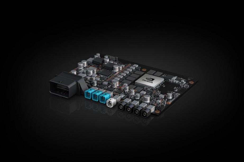 <strong>Nvidia Drive Xavier -</strong>Le fabricant de composants informatiques Nvidia a présenté l'ordinateur Xavier, prêt pour la conduite autonome de niveau 5 sans commandes manuelles. Ce système sur puce compte 8 processeurs et 9 milliards de transistors, ce qui lui permet d'interpréter 30 000 milliards de données par seconde, qu'elles proviennent d'une caméra, d'un radar, d'un sonar ou d'un lidar. Volkswagen et Uber vont utiliser Xavier dans leurs véhicules autonomes. (Nvidia)