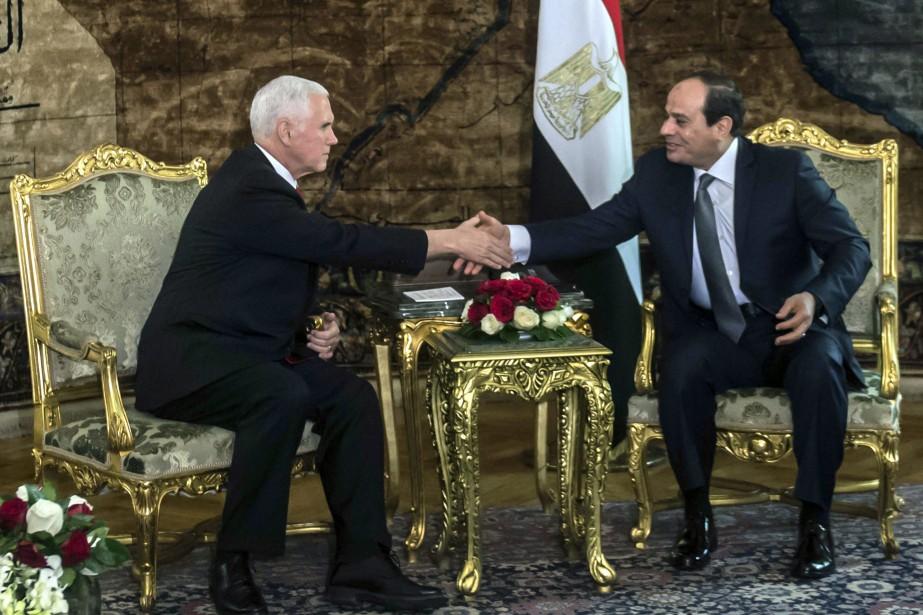 Le vice-président américain Mike Pence serre la main... (PHOTO Khaled Desouki, AP)