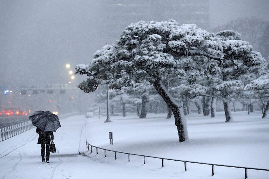 Un homme tenant un parapluie marche dans une... (PHOTO KIM KYUNG-HOON, REUTERS)