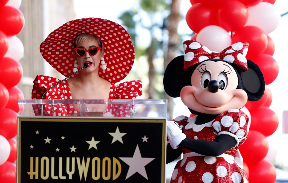 Katy Perry aux côtés de Minnie Mouse lors... (PHOTO REUTERS)