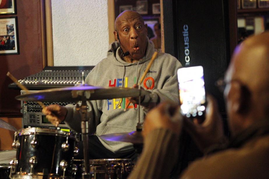 Bill Cosby pose pour une photo lors d'une... (PHOTO AP)