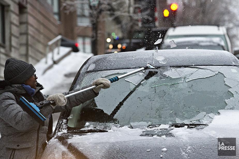 Une femme déglace son vehicule sur la rue... (Patrick Sanfaçon, La Presse)