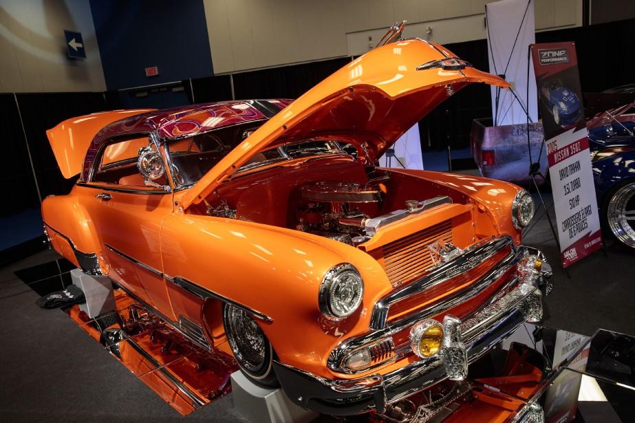 Chevrolet Bel Air 1951 - Voilà un classique revisité de façon fort originale, puisque toutes les gravures qu'on voit sur les accessoires de cette Bel Air orange vif ont été faites à la main. C'est une oeuvre d'art jusque sous la carrosserie, chose qu'on peut voir grâce à des miroirs placés sous la voiture. | 23 janvier 2018