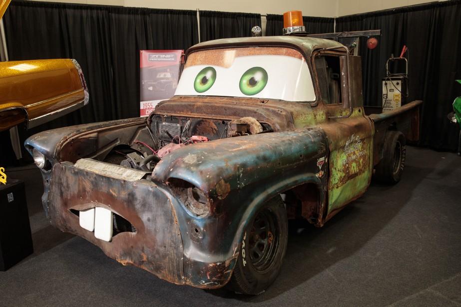 Chevrolet  Mater  1955 - Les enfants petits et grands se régaleront des véhicules modifiés présents dans cette salle. Certains prennent la forme de modèles réduits grandeur nature. D'autres, comme cette camionnette d'une autre époque qui reprend les traits de Tow Mater, un des principaux personnages de la série de films Bagnoles, ont plutôt l'air de (très) gros jouets. | 23 janvier 2018