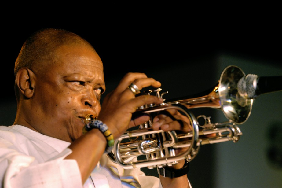 Hugh Masekela lors d'un spectacle le 3 mars... (PHOTO ARCHIVES AFP)